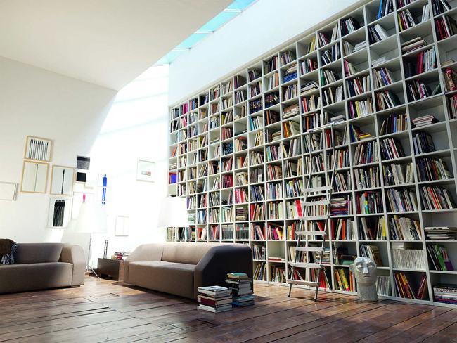 Estante de livros de parede na sala | Bela & Feliz