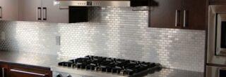 cozinha decorada com pastilhas de inox 8
