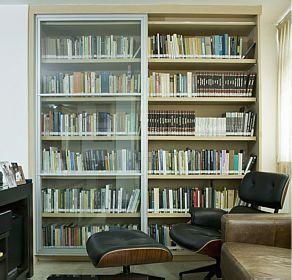 Estante para livros com portas de correr ou prateleira for Distancia entre estantes biblioteca