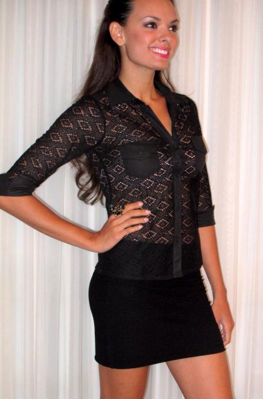 camisa de renda preta com saia curta