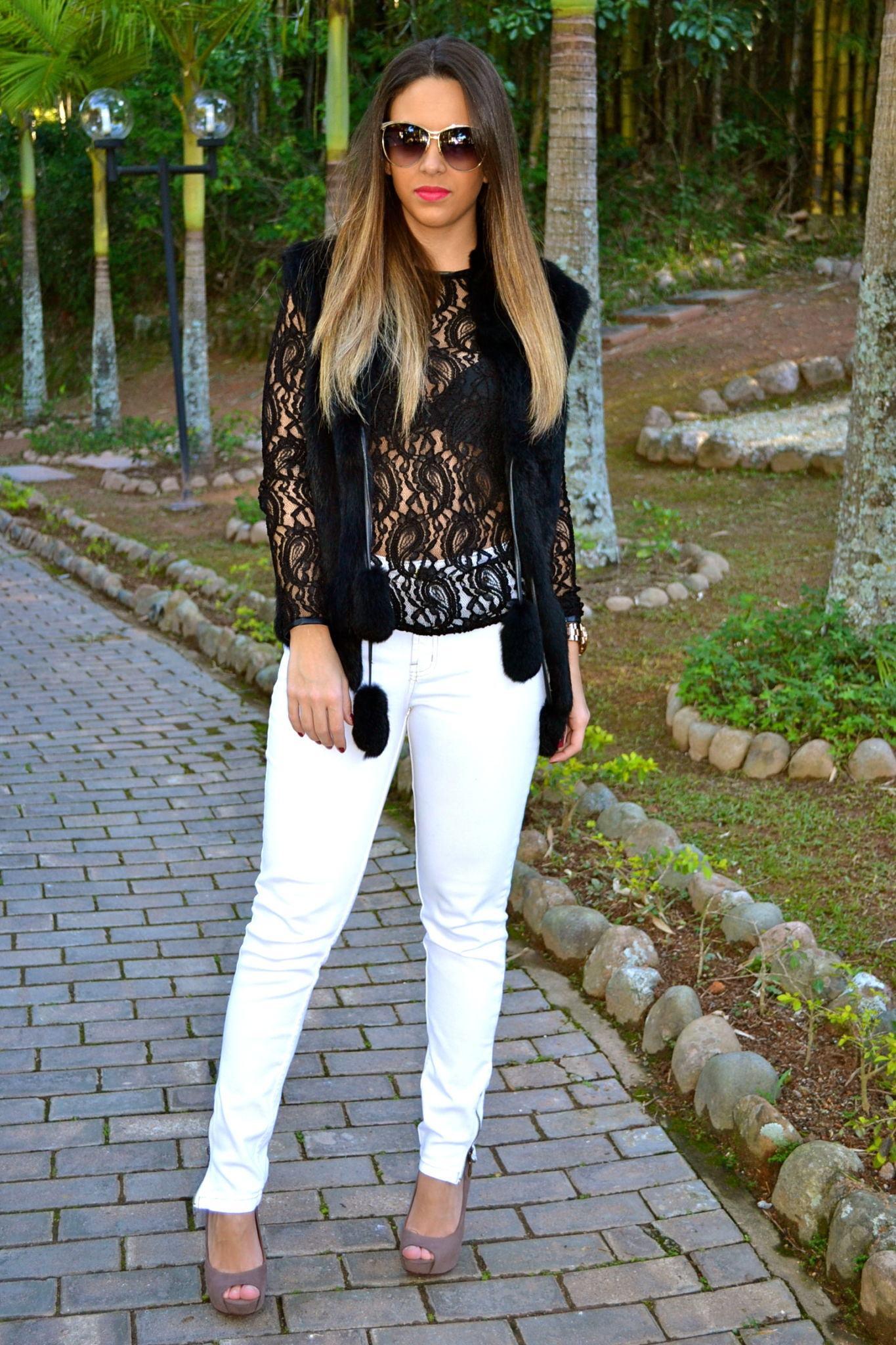 camisa de renda preta e calca branca