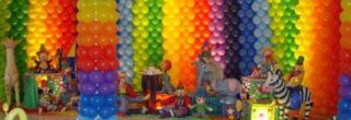 decorando com enfeites de baloes para aniversario