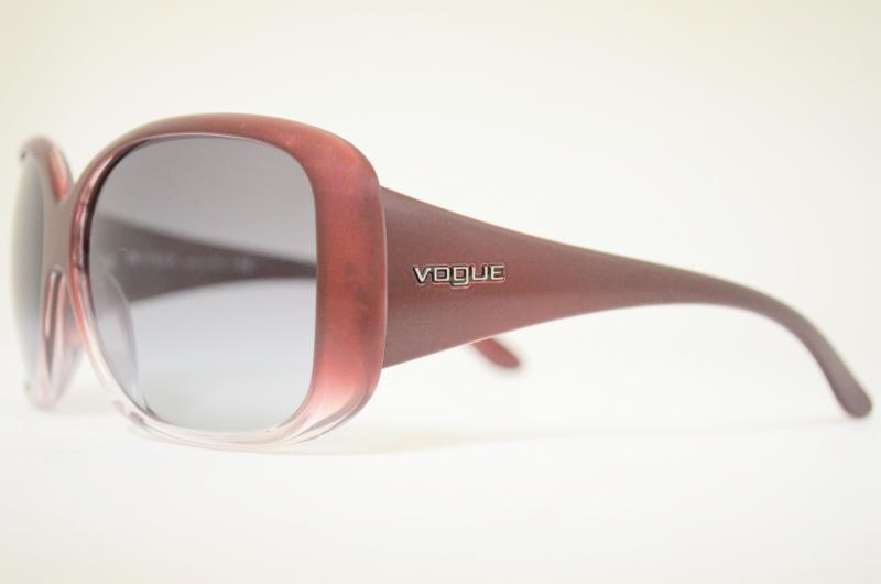 1e79acb7178b0 Com modelos de óculos de sol e de grau para atender homens e mulheres, a  marca Vogue está no mercado há muitos anos e esta é conhecida por uma marca  que ...