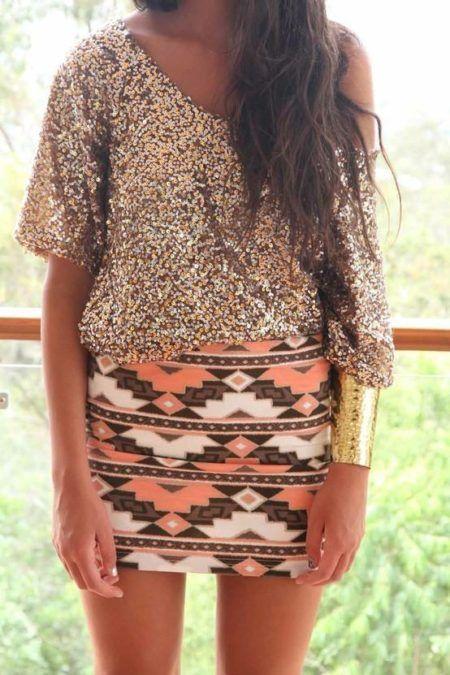 look estiloso combinando saias étnicas com blusa de paete