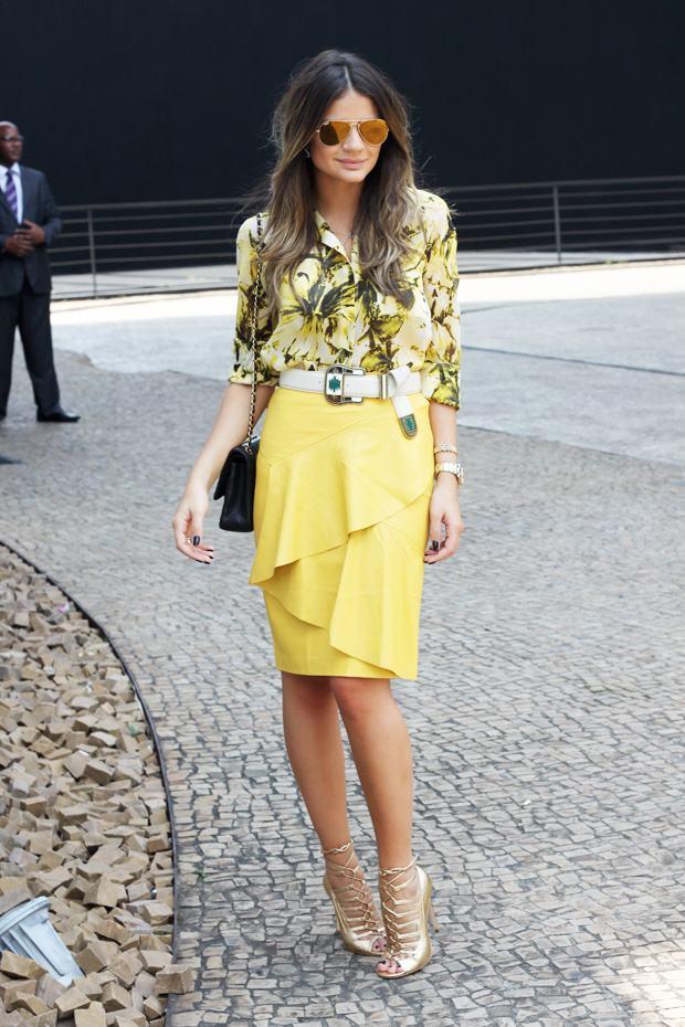 blusa floral com saia amarela e cinto apache
