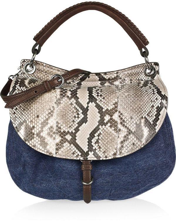 bolsa feminina com jeans e estampa de couro de cobra animal print