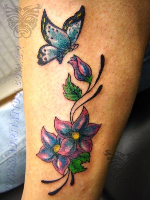 Tatuagem de flores e borboletas