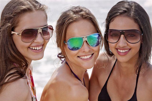 2552b4b43 Óculos de Sol femininos de marcas como Armani, Chilli Beans alguns ...