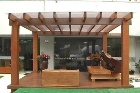 Pergolado de madeira na fachada embeleza o ambiente bela Fotos de techos para patios