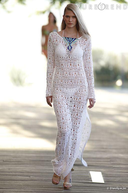 f7bf34b1c591 Em tecidos e modelos fluídos, decotes profundos, fendas, aparecem vestidos,  saias, macacões, cangas e outras peças que são puro glamour, mas que  esbanjam ...