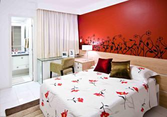 adesivos de parede para quarto de casal com parede vermelha
