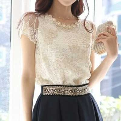 Imagem 18- Uma blusinha branca com detalhes em renda e detalhes bordados no  decote 555263cc52a