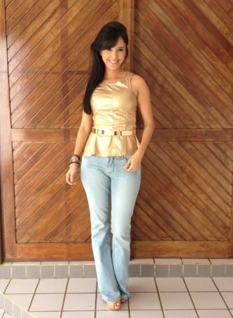 looks com cinto de metal com calça jeans