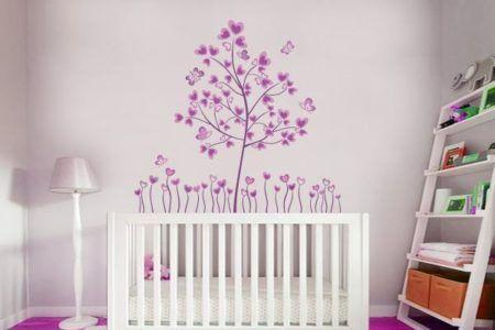 quarto de bebe com adesivo de parede