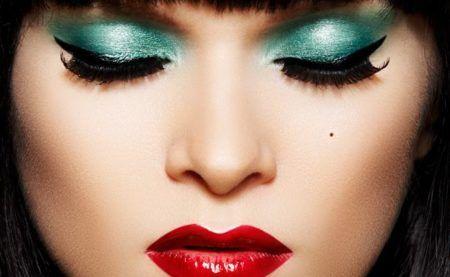 maquiagem colorida olhos azuis batom vermelho