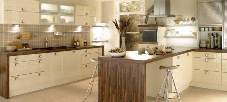 mesa no centro da cozinha