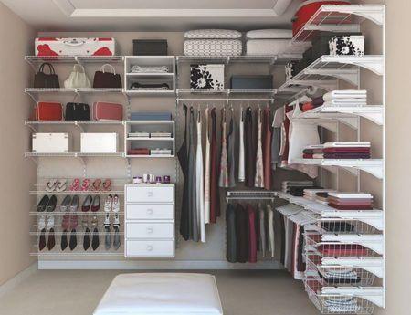 closet pequeno bem organizado casal