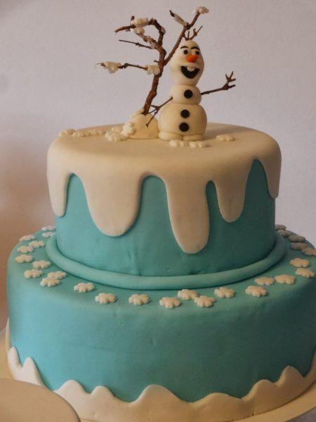 bolo frozen para aniversário com decoração em biscuit