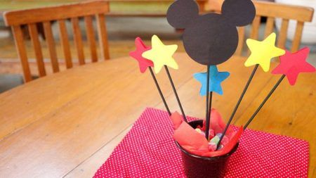 enfeites do Mickey para aniversário vasinhos de jujubas para mesas