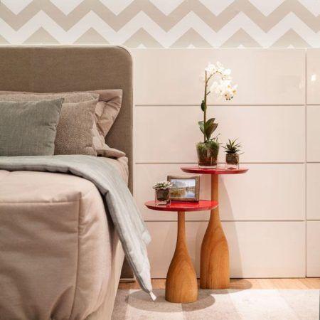 papel de parede chevron na parede da cabeceira da cama casal
