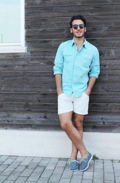 50e0d83ab1 ... masculino para os dias quentes de verão onde o rapaz veste uma camisa  com mangas longas com uma cor bem simpática para combinar com a bermuda  branca e o ...