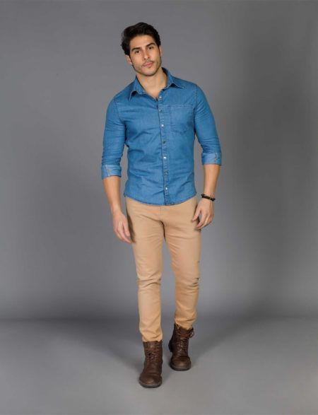 1c8a45502 ... adotou a calça em tom nude skinny com barra dobrada e a camisa jeans  com estampas pequenas e mangas curtas que ele usou com colarinho abotoado.  O tênis ...