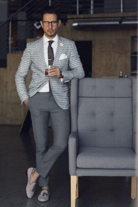 1d874f1f5c5 ... de ousar na meia preta com tênis esportivo combinados a calça de  alfaiataria cinza chumbo e blazer levemente mais claro sobre a camiseta  básica branca.
